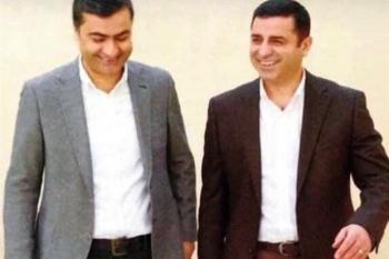 Selahattin Demirtaş und der HDP-Abgeordnete Abdullah Zeydan beim Hofgang im Gefängnis von Edirne im März 2017.